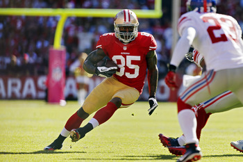 SAN FRANCISCO, CA - OCTOBER 14:  Tight end Vernon Davis #85 of the San Francisco 49ers picks up 7 yards against the New York Giants in the third quarter on October 14, 2012 at Candlestick Park in San Francisco, California.  The Giants won 26-3. (Photo by 