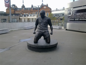 Thierry Henry immortalized in bronze