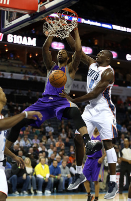 Markieff Morris dunks against Bismack Biyombo of the Charlotte Bobcats