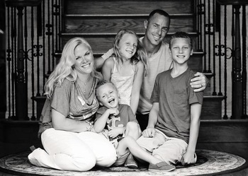 David Akers' family (Photo via http://www.playerwives.com/wp-content/uploads/2012/01/david-akers-wife-erika-akers-2.jpg)