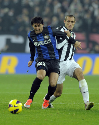 TURIN, ITALY - NOVEMBER 03:  Giorgio Chiellini of Juventus FC (R) and Diego Alberto Milito of FC Inter Milan during the Serie A match between Juventus FC and FC Internazionale Milano at Juventus Arena on November 3, 2012 in Turin, Italy.  (Photo by Claudi