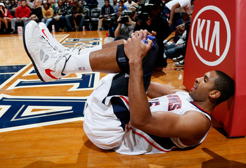 ATLANTA, GA - NOVEMBER 21:  Al Horford #15 of the Atlanta Hawks slides against the post after drawing a foul on a basket against the Washington Wizards at Philips Arena on November 21, 2012 in Atlanta, Georgia.  NOTE TO USER: User expressly acknowledges a