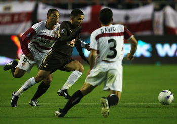 Aaron Lennon in action against Sevilla in 2007.