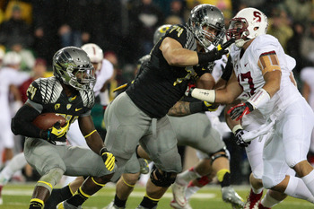 Long (center) makes a block for the Oregon Ducks against Stanford.