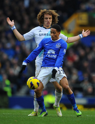 LIVERPOOL, ENGLAND - DECEMBER 30:  Steven Pienaar of Everton competes with David Luiz of Chelsea during the Barclays Premier League match between Everton and Chelsea at Goodison Park on December 30, 2012 in Liverpool, England.  (Photo by Michael Regan/Get