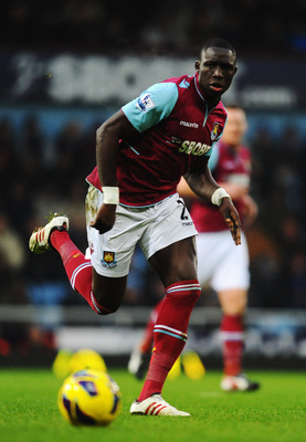 Mohamed Diame has stalled on a new contract with West Ham.