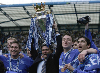 LONDON - MAY 07:  (L-R) Frank Lampard, Jose Mourinho, John Terry and Paulo Ferreira hold the trophy after receiving the Barclays Premiership Trophy at Stamford Bridge on May 7, 2005 in London, England.  (Photo by Ben Radford/Getty Images)