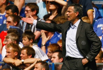 LONDON - APRIL 28:  Jose Mourinho manager of Chelsea gestures from the bench during the Barclays Premiership match between Chelsea and Bolton Wanderers at Stamford Bridge on April 28, 2007 in London, England.  (Photo by Ian Walton/Getty Images)