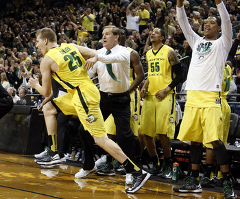 (AP Photo/Chris Pietsch) Oregon's E.J. Singler (25) runs past head coach Dana Altman after hitting a three-point basket against Washington.