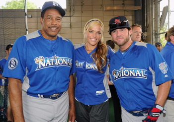 David Winfield poses for pictures before the 2012 Taco Bell All-Star Legends & Celebrity Softball Game