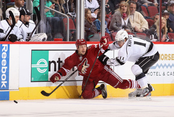 The Coyotes David Moss keeps the puck in the offensive zone against Los Angeles