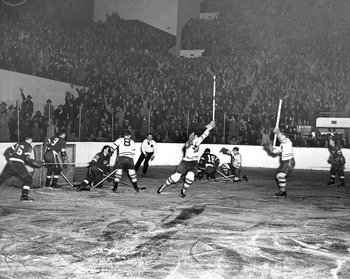 Leafs_v_red_wings_1942_display_image