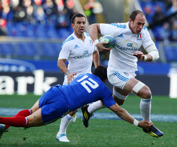 ROME, ITALY - FEBRUARY 03:  Sergio Parisse (R) of Italy is tackled by Maxime Mermoz of France during the RBS Six Nations match between Italy and France at Stadio Olimpico on February 3, 2013 in Rome, Italy.  (Photo by Paolo Bruno/Getty Images)