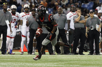Kelvin Taylor carries the ball at the Under Armour All-American game.