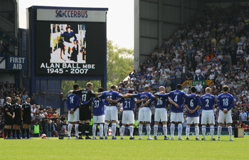 Everton players and supporters pay tribute to Alan Ball after his death in 2007.