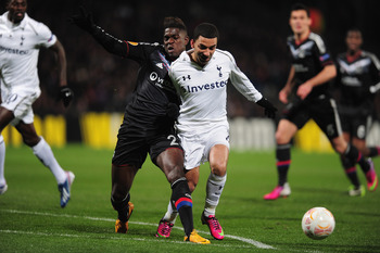 Samuel Umtiti and Aaron Lennon battling for the ball.