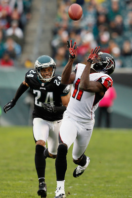 PHILADELPHIA, PA - OCTOBER 28:  Wide receiver Julio Jones #11 of the Atlanta Falcons catches a pass for a second quarter touchdown in front of cornerback Nnamdi Asomugha #24 of the Philadelphia Eagles at Lincoln Financial Field on October 28, 2012 in Phil