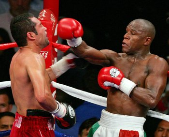 Floyd Mayweather fighting Oscar De La Hoya from off the ropes.