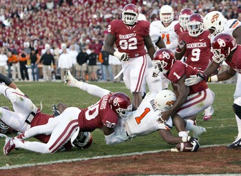 Randle dives into the end zone through the Sooner defense.