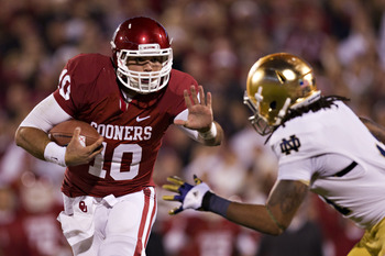 NORMAN, OK - OCTOBER 27:   Blake Bell #10 of the Oklahoma Sooners avoids the tackle of Ishaq Williams #11 of the Notre Dame Fighting Irish on his way to a touchdown at Gaylord Family Oklahoma Memorial Stadium on October 27, 2012 in Norman, Oklahoma.  The 