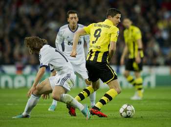 MADRID, SPAIN - NOVEMBER 06: Robert Lewandowski (R) of Borussia Dortmund controls the ball besides Luka Modric of Real Madrid during the UEFA Champions League group D match between Real Madrid and Borussia Dortmund at Estadio Santiago Bernabeu on November
