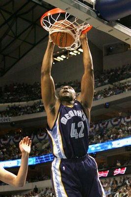 DALLAS - APRIL 26:  Lorenzen Wright #42 of the Memphis Grizzlies slam dunks the ball against the Dallas Mavericks in game two of the Western Conference Quarterfinals during the 2006 NBA Playoffs at the American Airlines Center on April 26, 2006 in Dallas,
