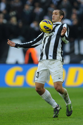 Chiellini controls the ball vs. Atalanta.