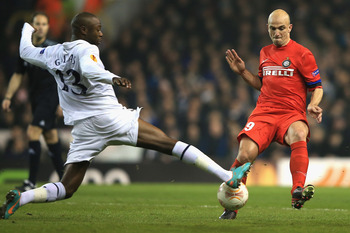 William Gallas tackles Esteban Cambiasso.