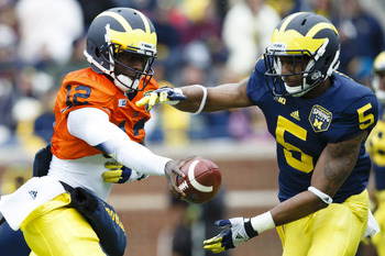 QB Devin Gardner (12) hands off to RB Justice Hayes (5)