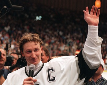 INGLEWOOD, CA - MARCH 23:  Wayne Gretzky #99 of the Los Angeles Kings acknowledges the crowd after breaking the all-time NHL goal scoring record against the Vancouver Canucks on March 23, 1994 at the Great Western Forum in Inglewood, California. Gretzksy