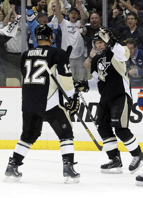 Sidney Crosby celebrates with Jarome Iginla