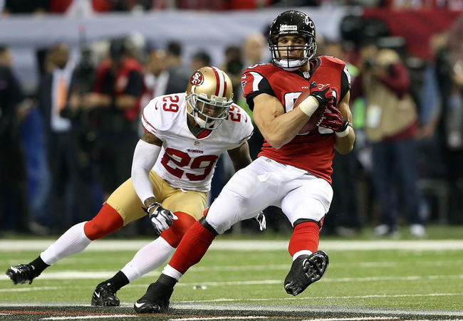 ATLANTA, GA - JANUARY 20:  Tight end Tony Gonzalez #88 of the Atlanta Falcons makes a catch against defensive back Chris Culliver #29 of the San Francisco 49ers in the second quarter in the NFC Championship game at the Georgia Dome on January 20, 2013 in