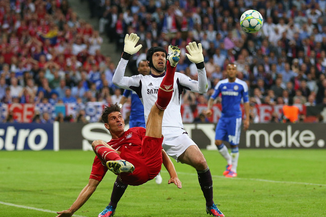 MUNICH, GERMANY - MAY 19:  Mario Gomez of FC Bayern Muenchen makes an overhead kick against goalkeeper Petr Cech of Chelsea during UEFA Champions League Final between FC Bayern Muenchen and Chelsea at the Fussball Arena München on May 19, 2012 in Munich,