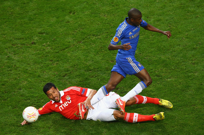 AMSTERDAM, NETHERLANDS - MAY 15:  Ezequiel Garay of Benfica tackles Ramires of Chelsea during the UEFA Europa League Final between SL Benfica and Chelsea FC at Amsterdam Arena on May 15, 2013 in Amsterdam, Netherlands.  (Photo by Christof Koepsel/Getty Im