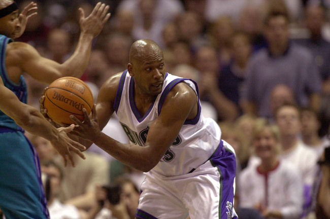 08 May 2001:  Forward Glenn Robinson #13 of the Milwaukee Bucks looks to pass against the charlotte Hornets in first half action during game 2 of the NBA semi-final playoffs at the Bradley Center in Milwaukee, Wisconsin.  DIGITAL IMAGE Mandatory Credit: J