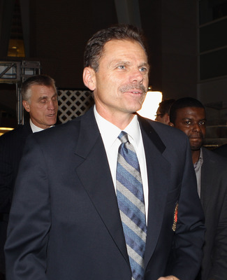 Mike Gartner being inducted into the Hall of Fame in 2001.