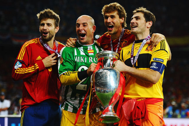 KIEV, UKRAINE - JULY 01:  (L-R) Gerard Pique, Pepe Reina, Fernando Llorente and Iker Casillas of Spain celebrate with the trophy following victory in the UEFA EURO 2012 final match between Spain and Italy at the Olympic Stadium on July 1, 2012 in Kiev, Uk