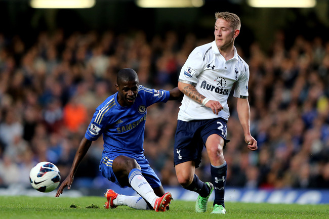 LONDON, ENGLAND - MAY 08:  Lewis Holtby of Spurs passes the ball under pressure from Ramires of Chelsea during the Barclays Premier League match between Chelsea and Tottenham Hotspur at Stamford Bridge on May 8, 2013 in London, England.  (Photo by Ian Wal
