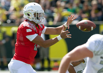 Mariota takes a snap in the spring game.