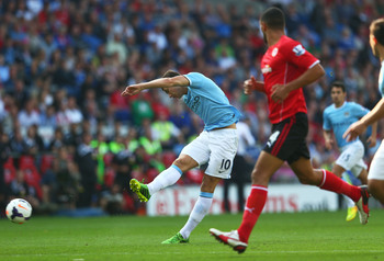 Dzeko unleashes his unstoppable shot, but in the end it was to no avail.