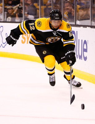 Hi-res-181703360-jarome-iginla-of-the-boston-bruins-reaches-for-the-puck_display_image