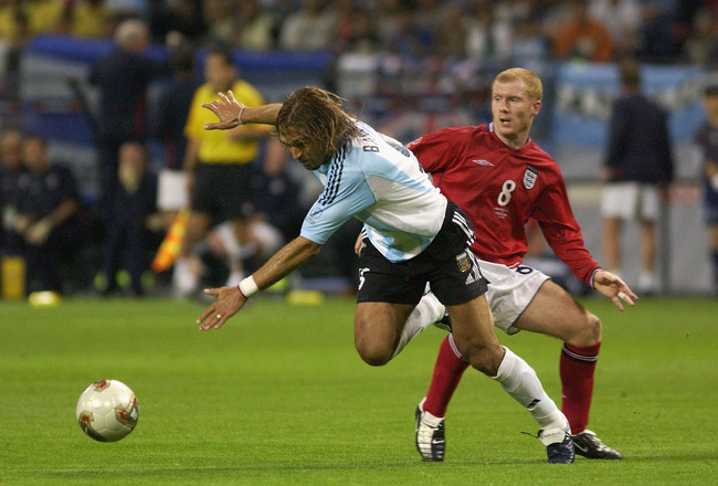 Hi-res-682650-gabriel-batistuta-of-argentina-goes-past-paul-scholes-of_crop_650x440