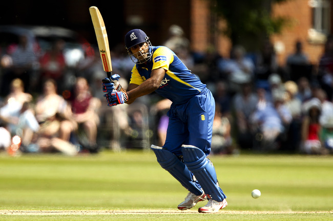 Hi-res-173073453-varun-chopra-of-warwickshire-in-action-during-the_crop_650