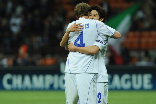 Hi-res-111744341-atsuto-uchida-and-benedikt-howedes-of-schalke-04_crop_650