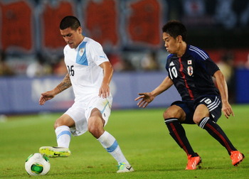 176623588-maximiliano-pereira-of-uruguay-and-shinji-kagawa-of_display_image