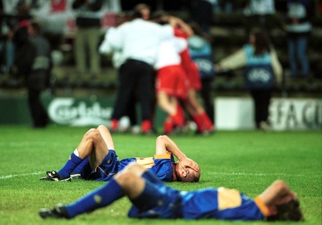 Hi-res-1111550-may-2001-dejected-alaves-players-as-liverpool-win-the_crop_650