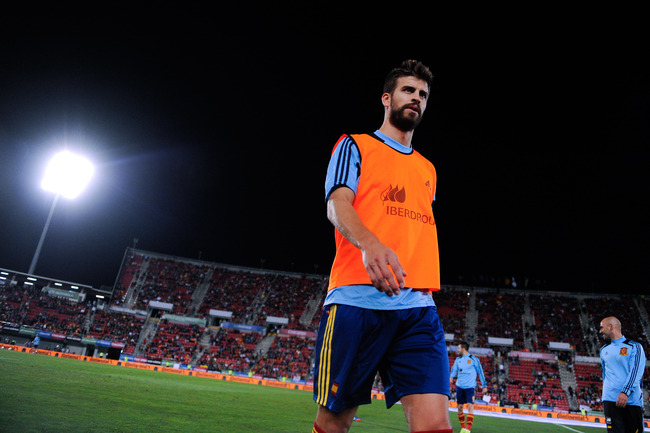 PALMA DE MALLORCA, SPAIN - OCTOBER 11: Gerard Pique of Spain leaves the pitch after the warm up prior to the FIFA 2014 World Cup Qualifier match between Spain and Belarus at Iberostars Stadium on October 11, 2013 in Palma de Mallorca, Spain.  (Photo by Da