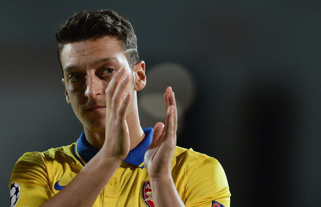 Hi-res-180966289-mesut-oezil-of-arsenal-applauds-the-crowd-during-the_crop_650