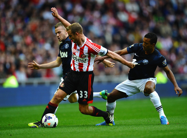 Hi-res-183161011-lee-cattermole-of-sunderland-battles-with-tom-cleverley_crop_650