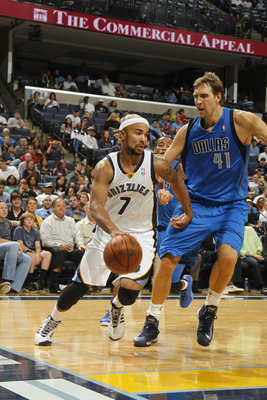 Hi-res-183752728-jerryd-bayless-of-the-memphis-grizzlies-drives-to-the_display_image